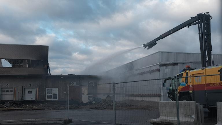 Brandbil släcker Arlandabrand