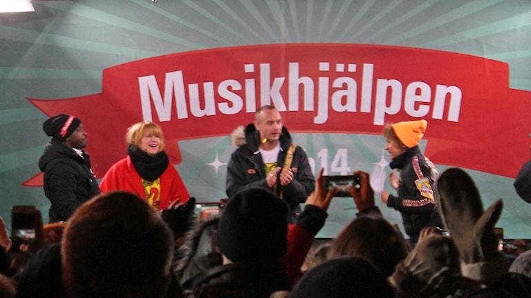 Programledarna Kodjo Akolor, Linnea Henriksson och Petter Alexis Askergren utsläppta efter 144 timmars direktsänd radio. Foto: Erik Thyselius/Sveriges Radio
