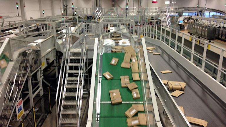Det är många försändelser på Rosersbergs postterminal som ska fram innan jul. Foto: Filip Annas/Sveriges Radio