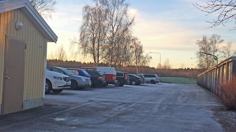 Under en bil på den här parkeringen i Nyby hittades väskan under en bil. Foto: Kina Pohjanen / Sveriges Radio
