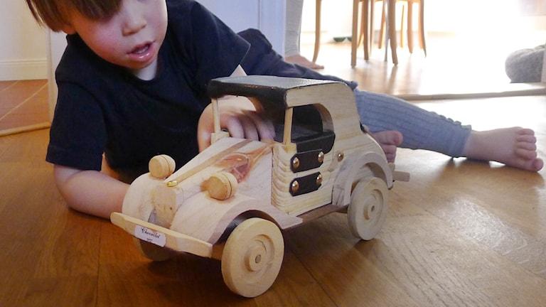 Pojke leker med bil (arkivbild). Foto: Leif R Jansson/TT
