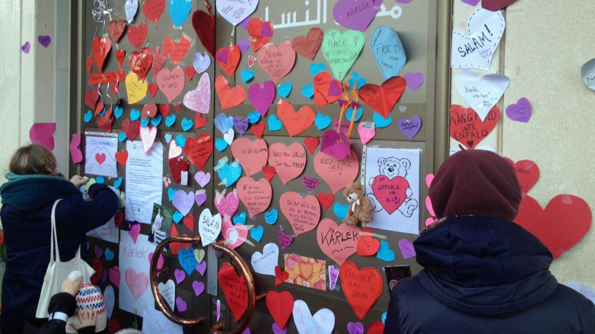 Många hjärtan sattes upp på moskéns entrédörrar. Foto: Sanna Karlsson/Sveriges Radio