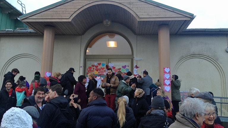 Flera hundra vid manifestationen vid moskén i Uppsala. Foto: Sanna Karlsson/Sveriges Radio