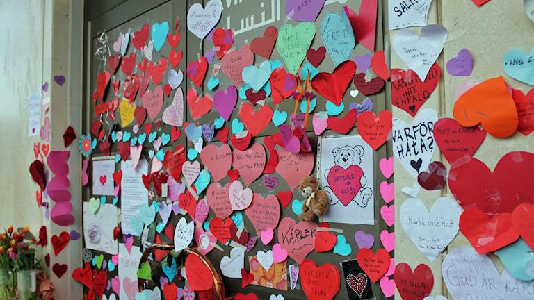 Mängder med hjärtan på Uppsalas moské, dagen efter brandattentatet. Foto: Sanna Karlsson/Sveriges Radio