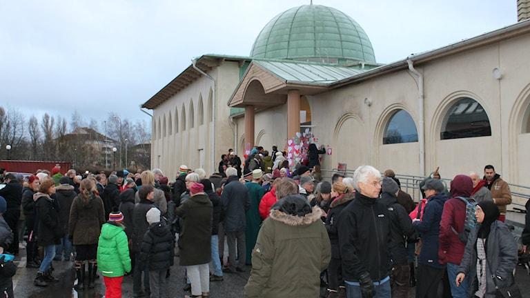 Många deltog i dagens manifestation vid Uppsala Moské. Foto: Sanna Karlsson/Sveriges Radio