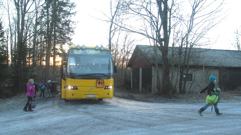 Här vänder skolbussen från Stavby skola trots att en del barn ska vidare på samma väg. Foto: Martin Hult / Sveriges Radio