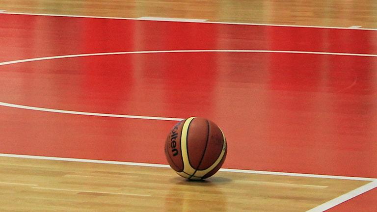 Basketboll på golv. Foto: Karima Edell/Sveriges Radio