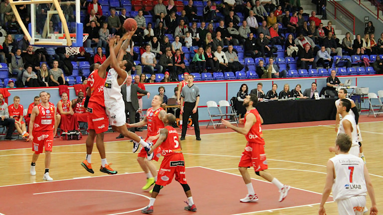 Uppsala basket i röda linnen. Foto: Karima Edell/Sveriges Radio
