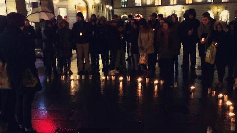 personer samlades på torget för att hedra de dödade i terroristattacken i Nigeria förra veckan.