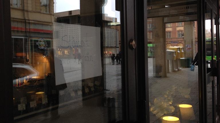 Butiken på Drottninggatan håller stängt efter rånet. Foto: Joanna Korbutiak/Sveriges Radio.