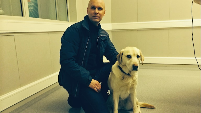 Fredrik Mattsson och hans ledarhund Nega. Foto: Ulle de Verdier/Sveriges Radio.