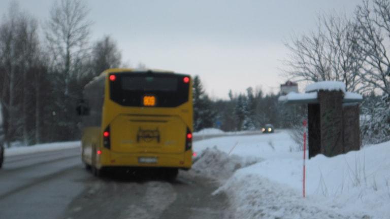 Bild på busshållplatsen som kvällens möte i Gunsta gäller. Foto: Mårten Nilsson/SR