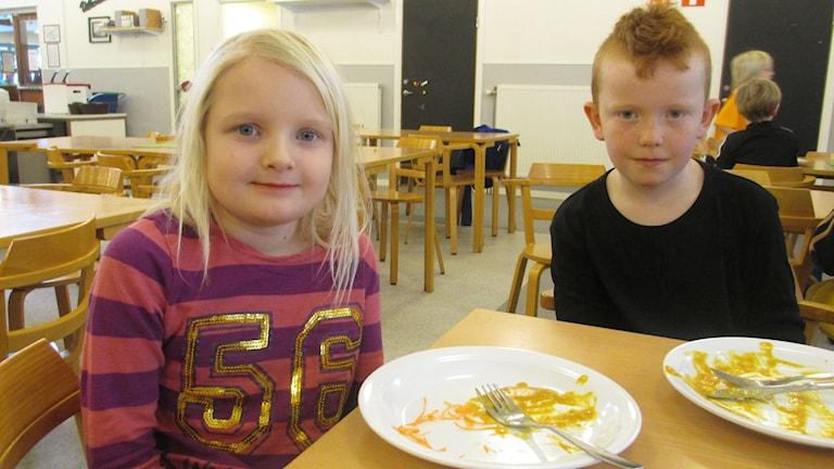 Många skolelever äter lunch i extremt bullriga matsalar