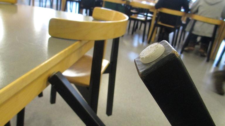 Tassar på stolsbenen kan minska ljudvolymen i matsalen