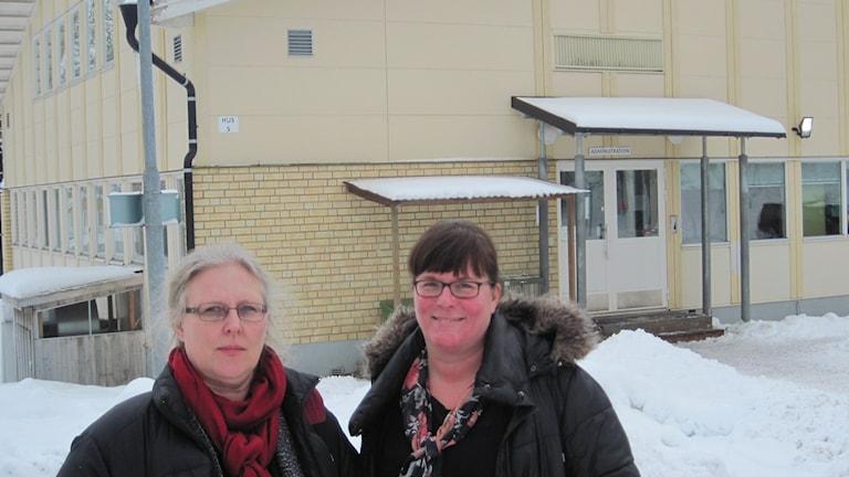 Ingela Nilsson (t v) och migrationsverkets enhetschef i Gunsta Maria Beiron