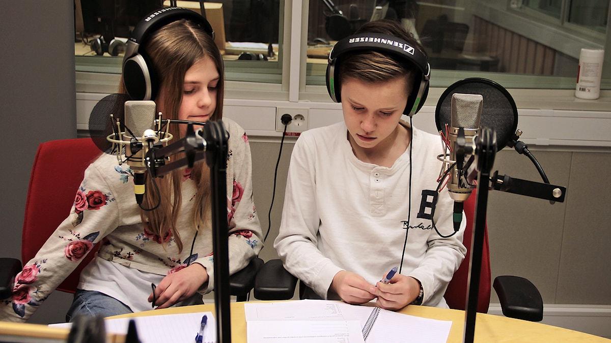 Maja & Isak funderar över de svåra frågorna Foto:Thomas Artäng/Sveriges Radio