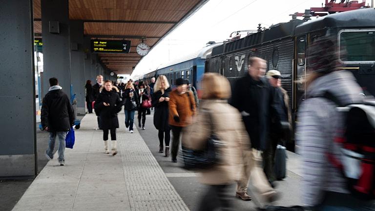 Pendlare som ska åka SJ-tåg från Uppsala resecentrum. Foto: Annika af Klercker/TT