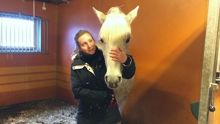 Malin Axel-Nilsson och hästen Maja trivs bra ihop, men är ingen perfekt matchning. Foto: Tova Kurkiala Medbo/Sveriges Radio