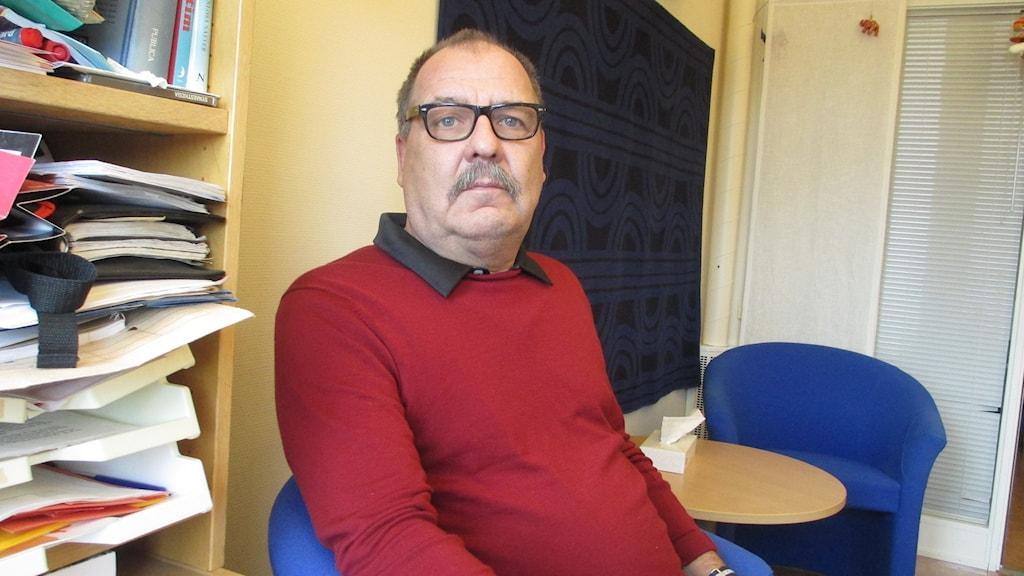 Ulf Wennström, familjebehandlare i stadsdelen Sävja, är kritisk till neddragningen. Foto: Martin Hult / Sveriges Radio