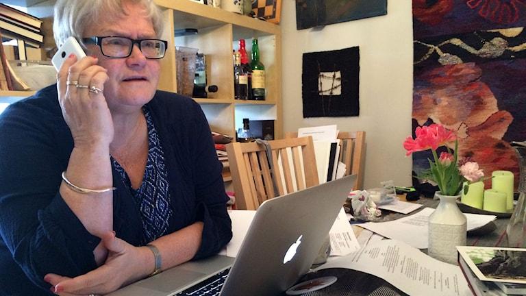 Lena Köster i telefon med Telenors kundtjänst. Foto: Jonas Ahlman/Sveriges Radio.