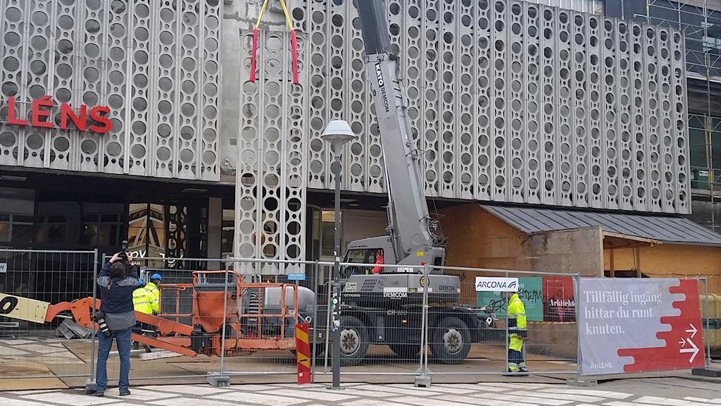 """""""Tårtpappen"""" på Åhlénshuset i Uppsala plockas bort. Foto: Nils Engvall/Sveriges Radio"""