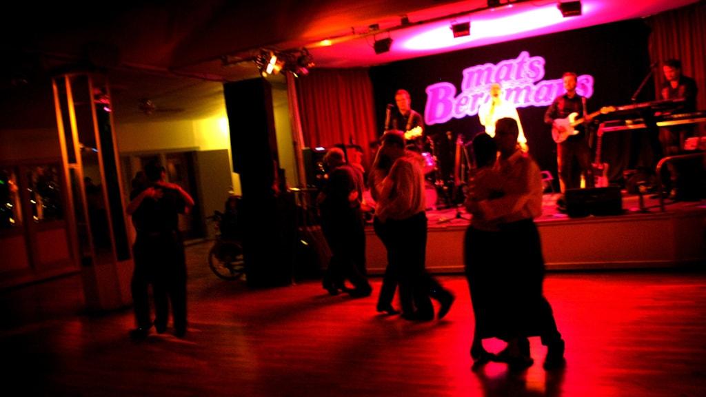 En dansbandsspelning med bandet Mats Bergmans på scen.