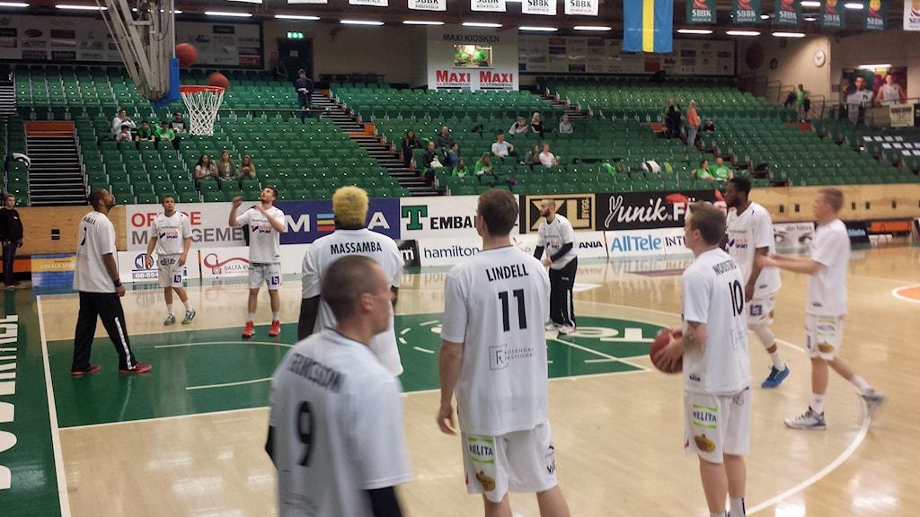 Uppsala basket i vitt mot Södertälje. Bilden tagen i söndags. Foto: Mattias Persson/Sveriges Radio