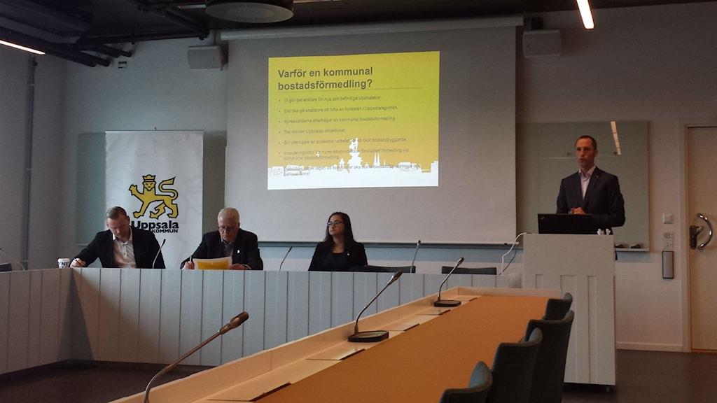 Erik Pelling (S) berättar om det nya förslaget. Foto: Mattias Persson / Sveriges Radio