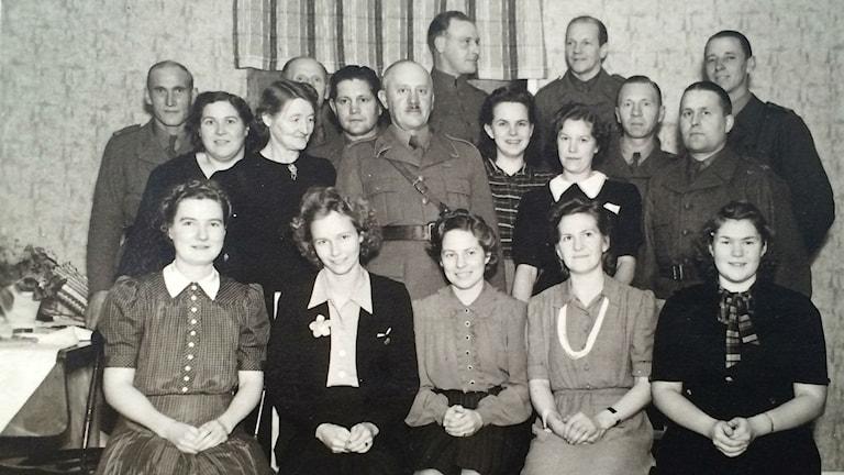 Telefonisterna från Östhammar på kalas. Dagny är tvåa från vänster på sittande raden.