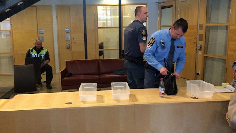 Säkerhetskontroll på rättegång. Foto: Sveriges Radio