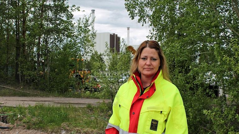 Erica A Wallin på Svensk kärnbränslehantering framför Forsmarks reaktorer. Foto: Kina Pohjanen/Sveriges Radio