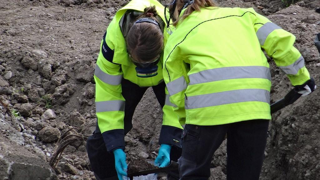 Personal i skyddsutrustning tar prover i marken. Foto: Arbetsmiljöverket