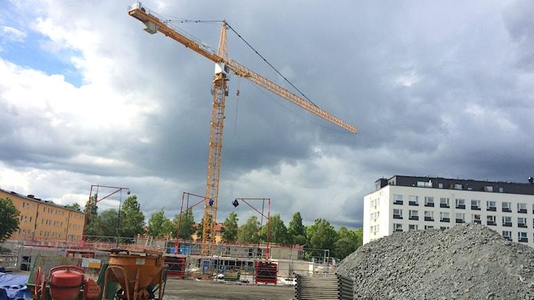 Här byggs det bostäder i Kåbo nära Dag Hammarskölds väg. Foto: Martin Hult / Sveriges Radio