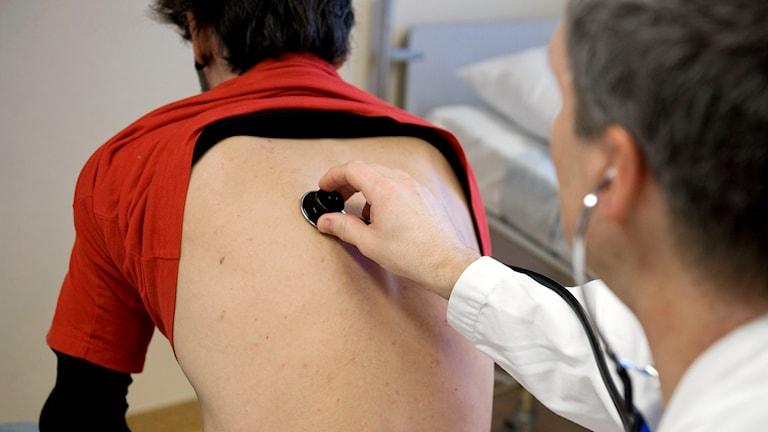 En läkare undersöker en patient gnom att lyssna med ett stetoskop. Foto: Bertil Ericson/TT