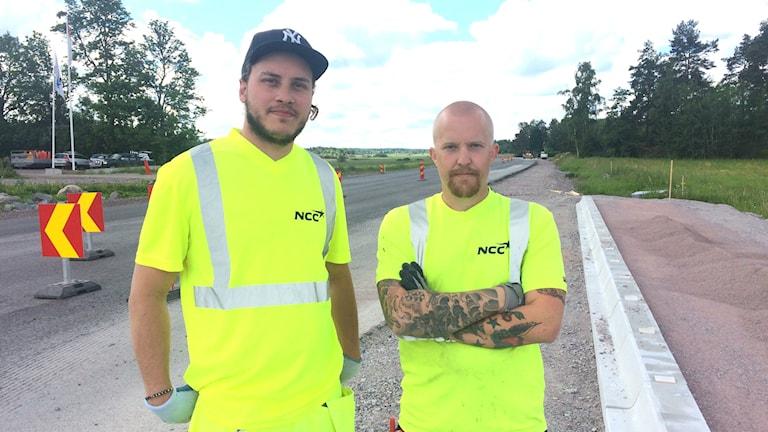 Vägarbetare Jonatan Kero och Martin Didriksson. Foto: Martin Hult / Sveriges Radio