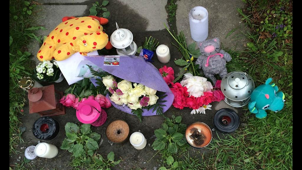 Blommor utanför huset där en flicka blev knivmördad och en mamma skadades. Foto: Aila Stefansdotter- Franck/SR Uppland