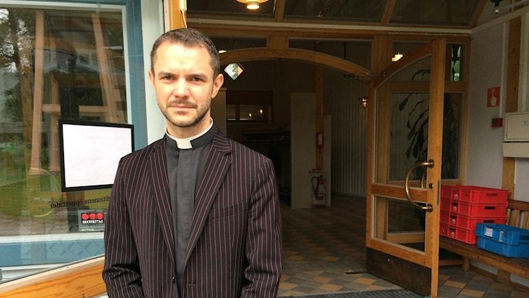 Vikarierande kyrkoherde Fredrik Olila. Foto: Aila Stefansdotter Franck/SR