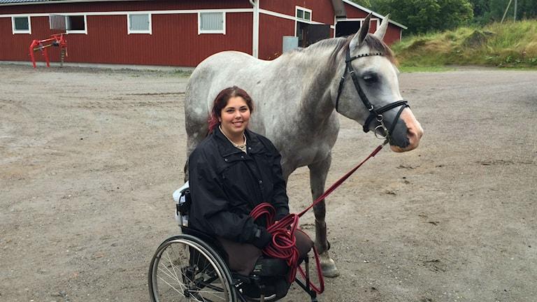 Felicia Grimmenhag med sin häst, Pullisima. Foto: Mattias Persson / Sveriges Radio
