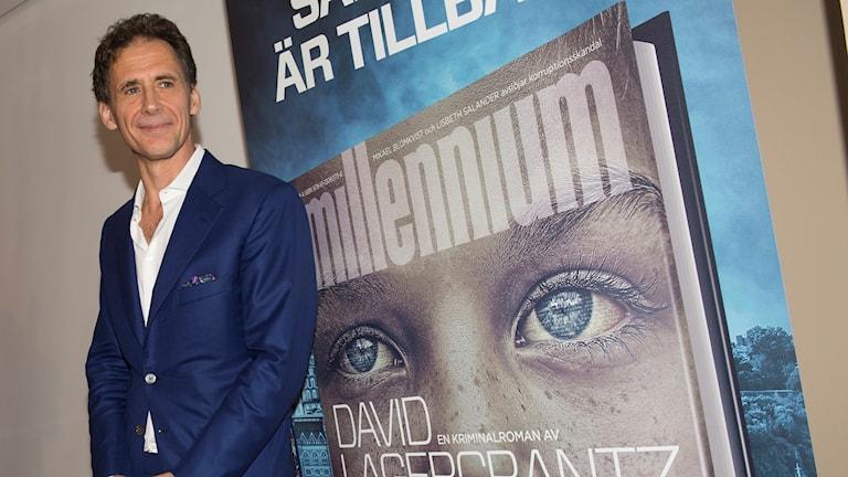 Författaren David Lagercrantz framför Millennium-boken. Foto: Fredrik Sandberg/TT