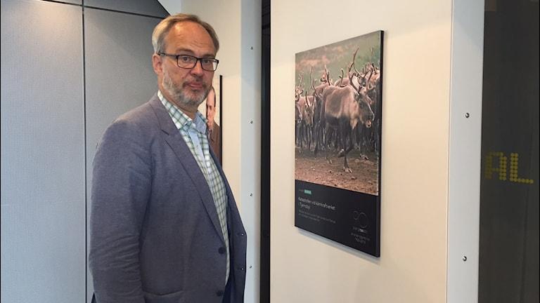 Radio Upplands kanalchef Andreas Miller i ett ljuddusch vid utställningen. Foto: Niklas Clarkson/Sveriges Radio
