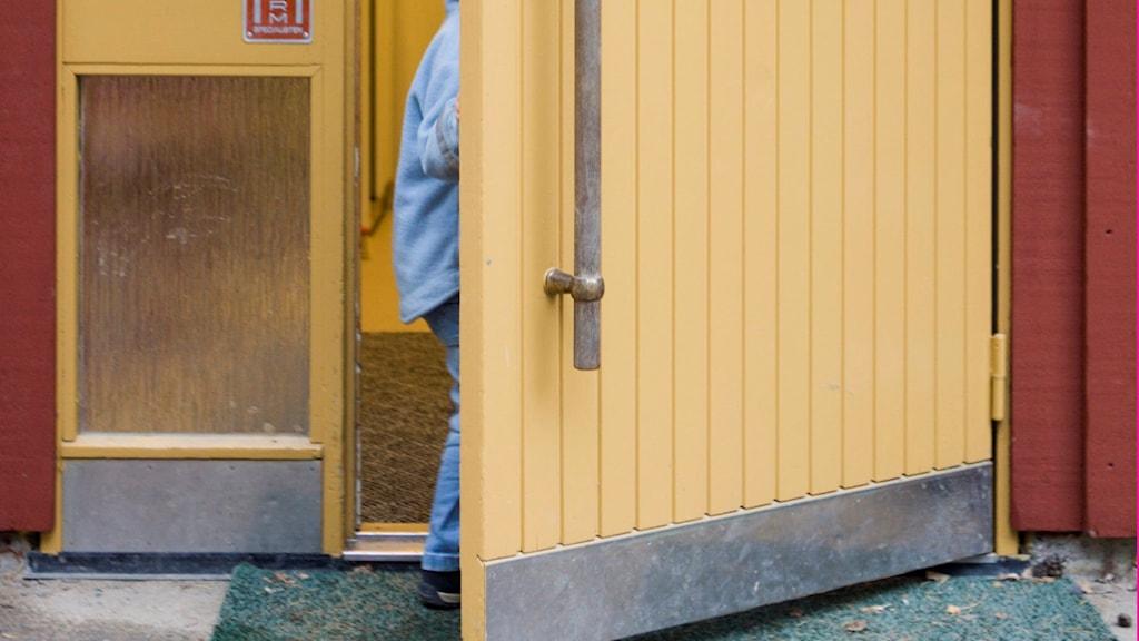 Barn som går ut genom dörr. Foto: Henrik Montgomery/TT