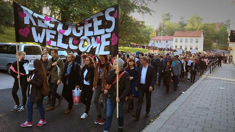 Refugees Welcome Uppsalas demonstrationståg vid Slottsbacken i Uppsala. Foto: Pablo Dalence/Sveriges Radio.