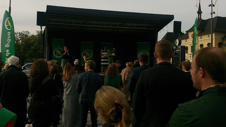 Åsa Romson sommartalar framför resecentrum i Uppsala. Foto: Tomas Magnusson/Sveriges Radio