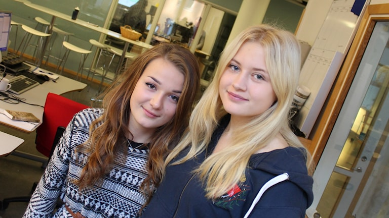 Urte Bileviciute och Hanna Forsgren från Rosendalsgymnasiets elevkår. Foto: Nils Engvall/Sveriges Radio