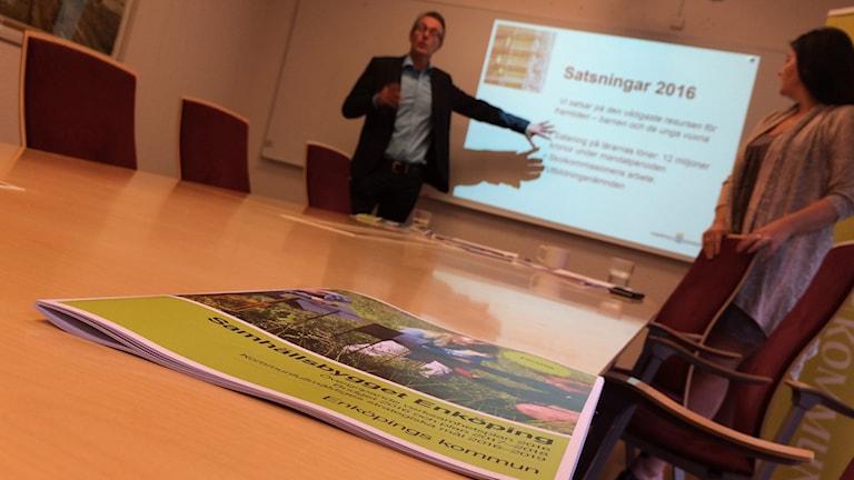Anders Wikman (NE) och Helena Proos (S) presenterade budgetförslaget för 2016. Foto: Jonas Ahlman/Sveriges Radio.
