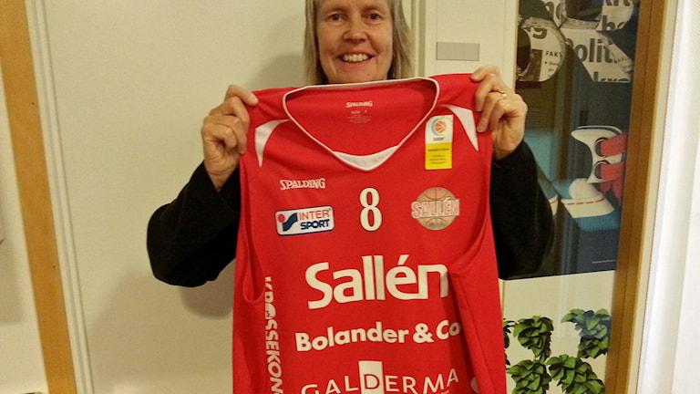 Sallén basket och klubbdirektör Sonja Entzenberg skänker tröja till Världens barn