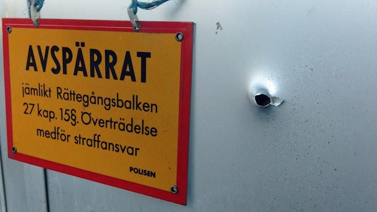 Skotthål vid entrén till Friskis och Svettis i Ekeby. Foto: Nils Engvall/Sveriges Radio