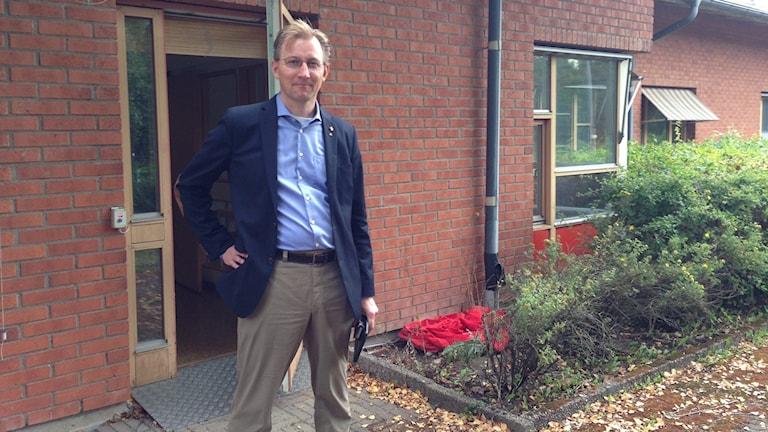 Klas Bergström utanför ankomstboendet i Knivsta. Foto: Tomas Magnusson/Sveriges Radio