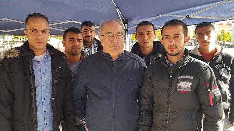 Palestinska flyktingar protesterar mot att de avvisas från Sverige genom en sittstrejk på Vaksala torg i Uppsala. I mitten av bilden Fayek Saleh från Palestinska folkets förening. Foto: Mattias Persson/Sveriges Radio