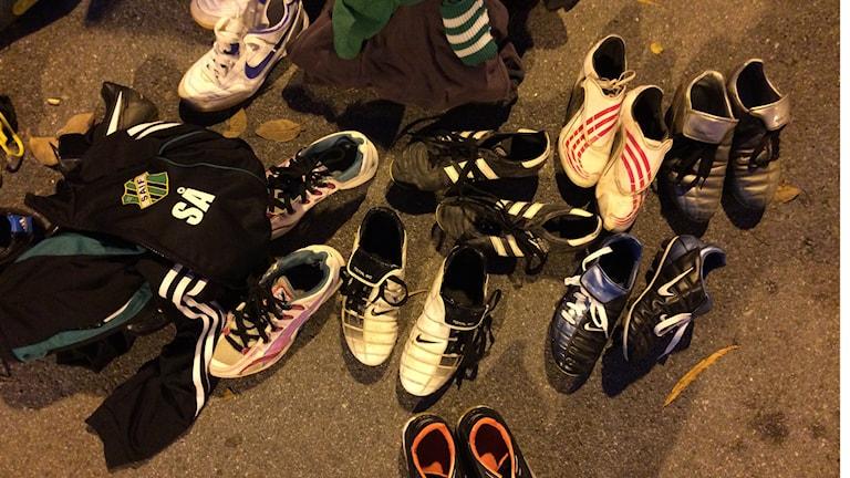 Insamlade fotbollskor åt ensamkommande barn. Foto: Tova Kurkiala Medbo / SR